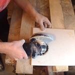 Вырезаем отверстие в плитке болгаркой