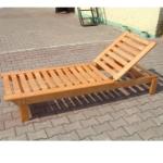 Шезлонг или лежак из дерева для загородного дома