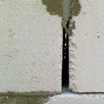Как заделывать щели в  стене из газобетона
