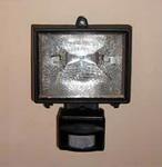 Освещение территории вокруг дома,  прожектор с датчиком движения