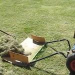 Сбор покошенной травы минитрактором