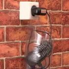Телефон, при зарядке, держится на розетке