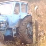 Вытаскиваем трактор при помощи  прикрученного бревна к колесу